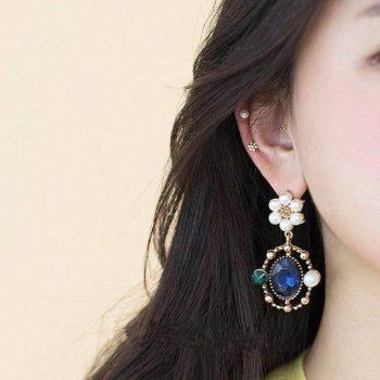 ต่างหูแฟชั่นเกาหลีก้านเงิน S925 อะไหล่ทองล้อมพลอยสีน้ำเงินหมุดไข่มุกแต่งดอกไม้