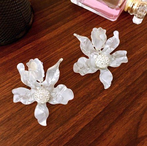 ต่างหูเกาหลีก้านเงิน S925 แต่งดอกไม้ใหญ่สีขาวใสประดับเกสรเพชร