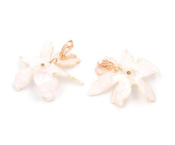 ต่างหูเกาหลีแบบหนีบแต่งดอกไม้ใหญ่สีขาวใสประดับเกสรเพชร