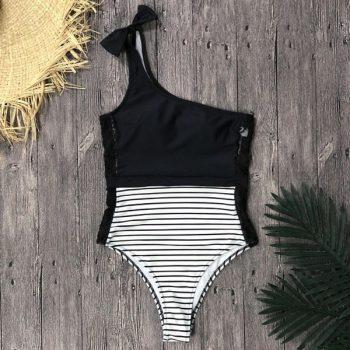 ชุดว่ายน้ำวันพีชสีดำสลับลายทางด้านข้างเเต่งลูกไม้ไหล่เฉียง
