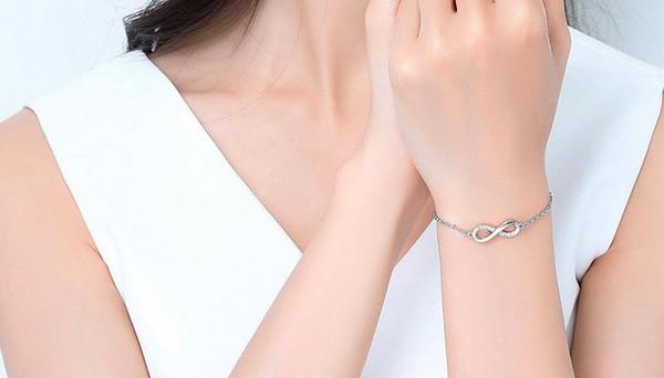 สร้อยข้อมืออะไหล่ Rose Gold รูป infinity ประดับเพชรสวิสใส่แล้วดูหรูหรา