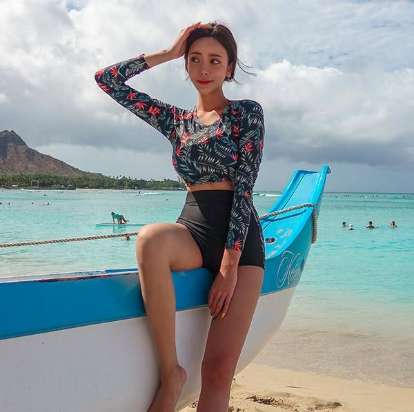 ชุดว่ายน้ำแขนยาวทูพีชสีกรมลายดอกกางเกงเอวสูงสีดำ