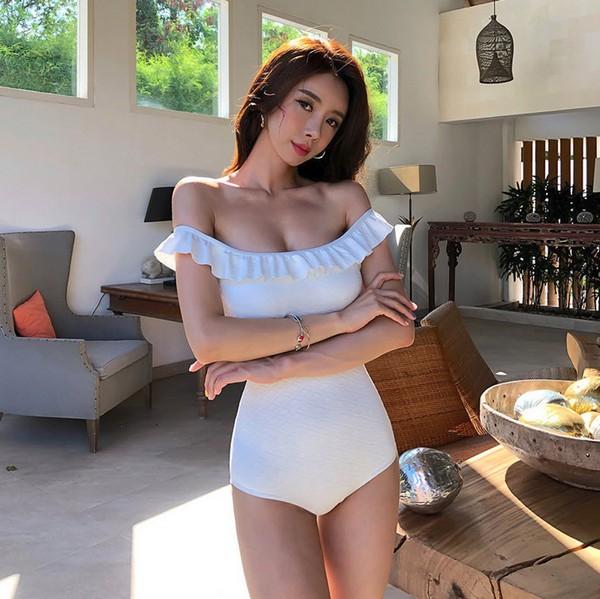 ชุดว่ายน้ำวันพีชสีขาวเปิดไหล่ผ้าหนานูนสามเหลี่ยมทรงเข้ารูปเก็บก้น