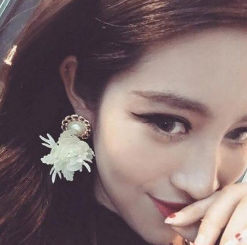 ต่างหูแฟชั่นเกาหลีก้านเงิน S925 อะไหล่ทองหมุดไข่มุกห้อยดอกไม้สีขาวตรงกลางแต่งไข่มุก 3 เม็ด