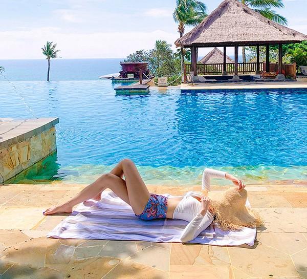 ชุดว่ายน้ำแขนยาวทูพีชเสื้อขาวแขนยาวกางเกงเอวสูงสีฟ้า