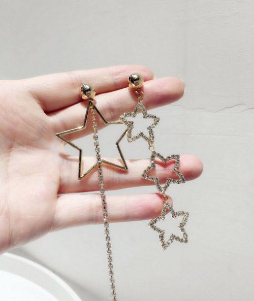 ต่างหูเกาหลีก้านเงิน S925 อะไหล่ทองข้างนึงห้อยรูปดาวห้อยเรียง 3 ดวงประดับเพชรอีกข้างห้อยดาวดวงใหญ่กับเพชรยาวหนึ่งเส้น