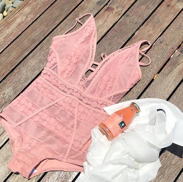 ชุดว่ายน้ำวันพีชผ้าลูกไม้แหวกอกผูกคอสีส้มพีช