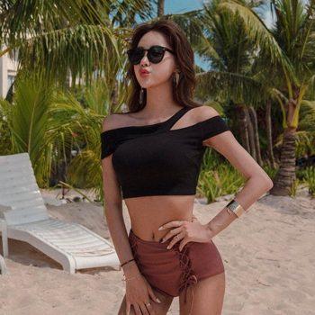 บิกินี่ทูพีชสไตล์เกาหลีบราสีดำแฉกไหล่กางเกงเอวสูงสีน้ำตาลเลือดหมูแบบผูก