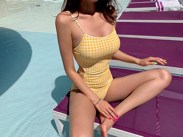 ชุดว่ายน้ำวันพีชสีเหลืองอ่อนลายตารางแต่งโชว์เนื้อช่วงเอวพรางหุ่นเว้าสวย