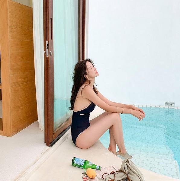 ชุดว่ายน้ำวันพีชสีกรมผ้าริ้วแต่งขอบสีครีมทรงเข้ารูปเก็บก้น