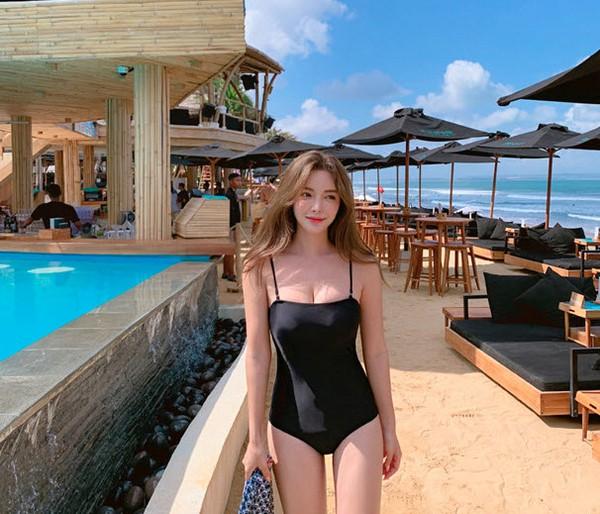 ชุดว่ายน้ำวันพีชสไตล์เกาหลีสายเดี่ยวสีดำล้วนทรงเข้ารูปเก็บก้น