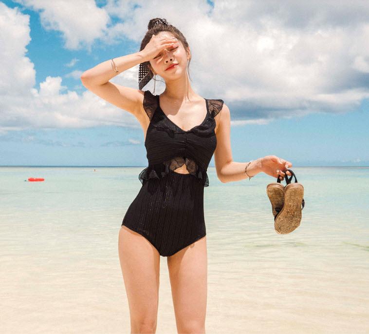ชุดว่ายน้ำวันพีชสีดำผ้าลูกไม้มีลายเส้นผสมผ้าเลื่อมประกายวิงค์ๆช่วงตัวแต่งระบาย