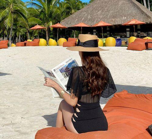 ชุดว่ายน้ำทูพีชสีดำผ้าลูกไม้มีลายเส้นแขนกว้างกางเกงเอวสูงแต่งสายด้านข้างลำตัว