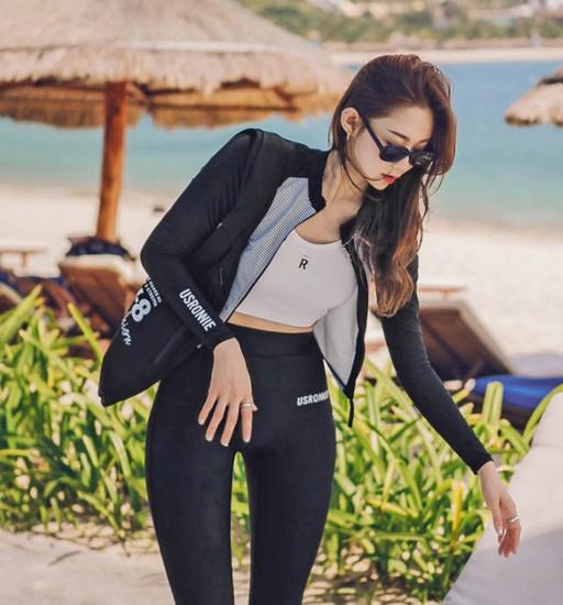 ชุดว่ายน้ำโฟรพีชแขนยาวขายาวสีดำเสื้อแขนยาวตัวเสื้อลายขวางด้านในเป็นสปอร์ตบราสีขาว