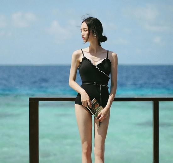 ชุดว่ายน้ำวันพีชสีดำแต่งระบายขอบหยักสีขาว